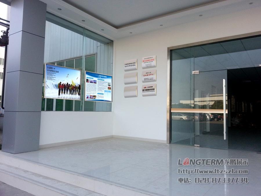 办公室内章程和大门及玻璃墙的装饰